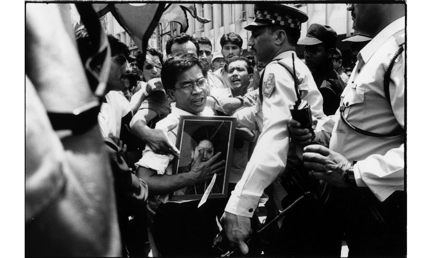 Demonstrators come to express their grief and anger in front of the parlement, the day after the Royal massacre, Kathmandu 2D of June 2001