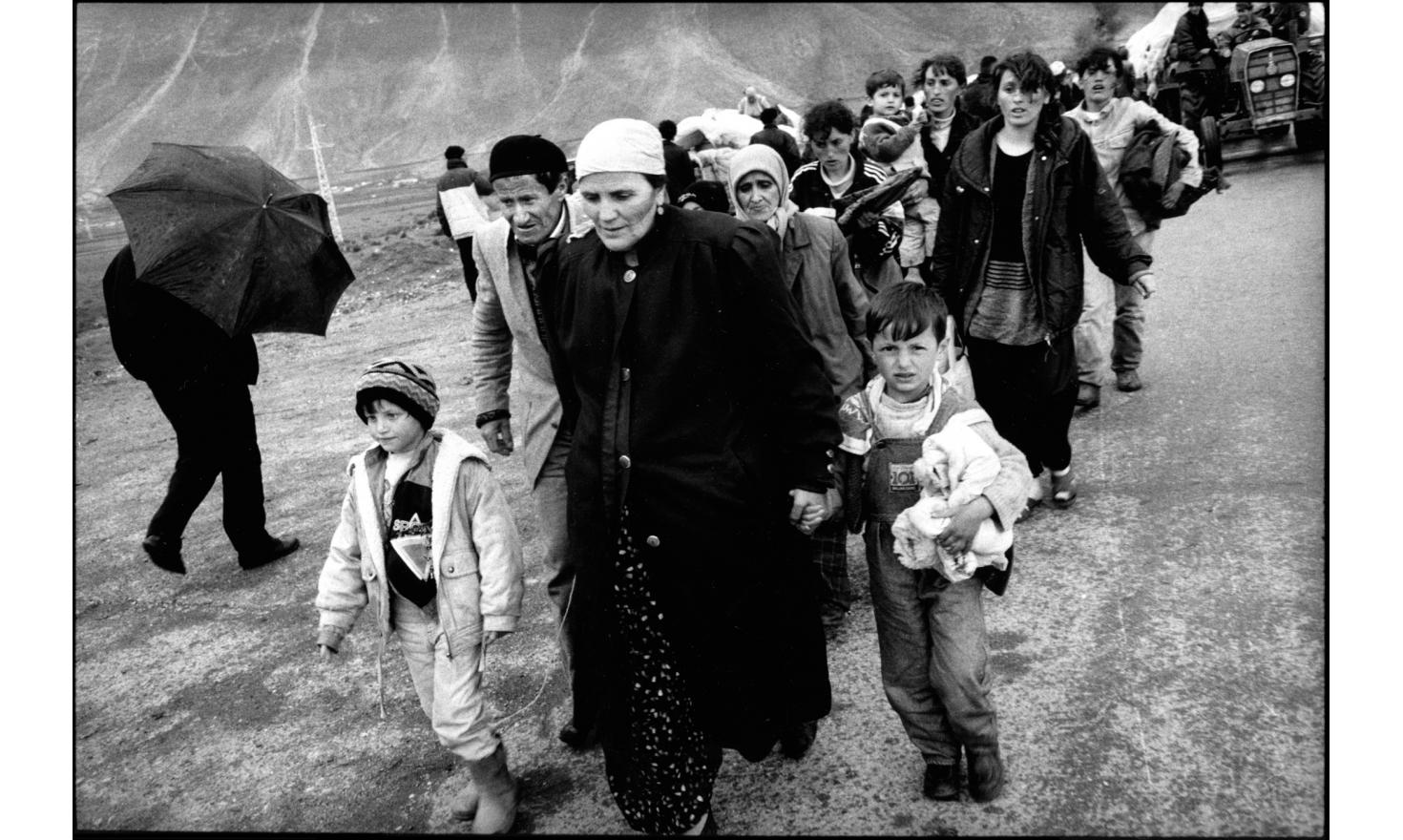 Kosovar refugees arriving by foot at Kukes, Albania. 04-1999