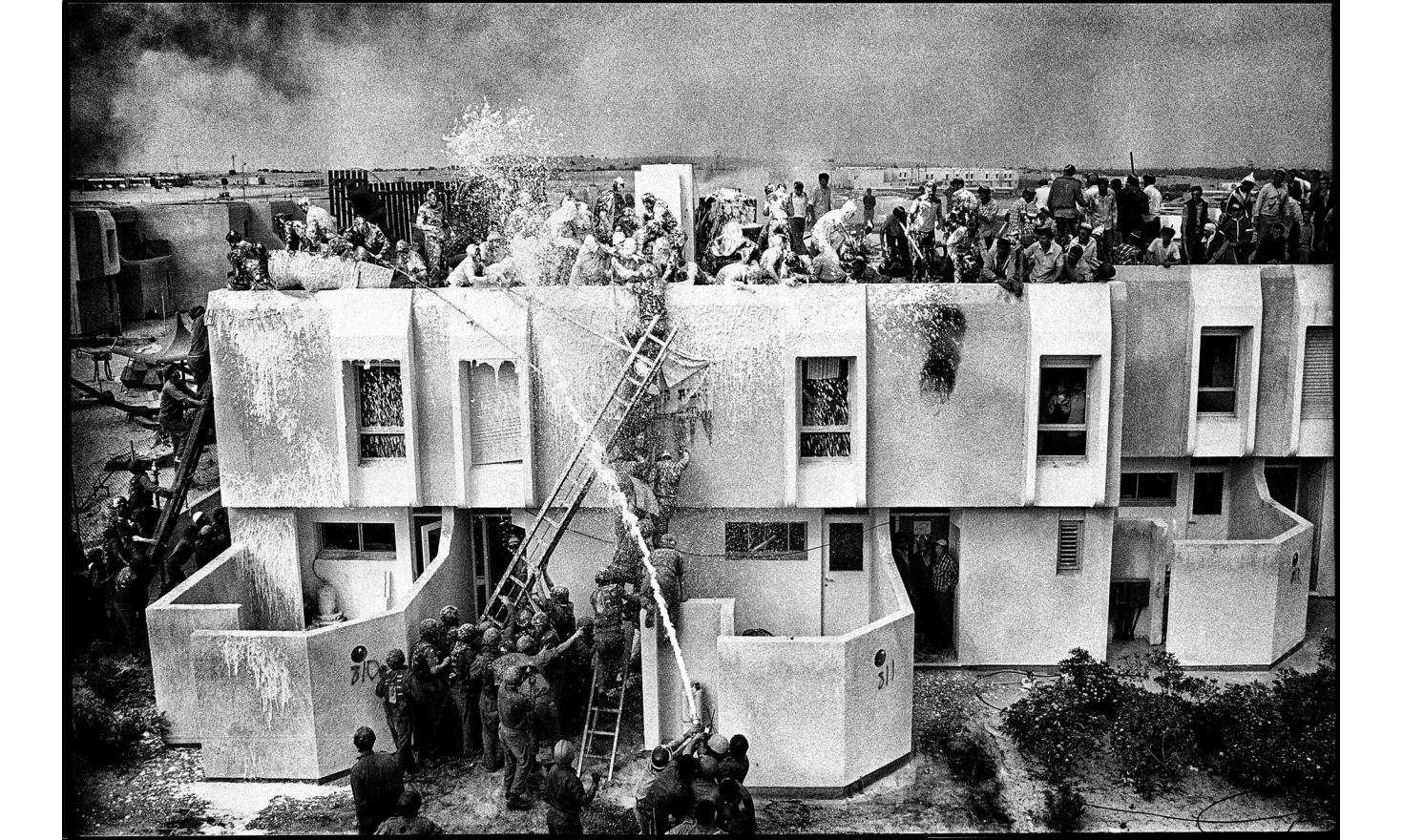 Start of the evacuation of the settlement of Yamit, in the Sinai peninsula. The last israeli settlers refused to leave, paving the way for an attack by the israeli army. Yamit, occupied sinai peninsula. April 21, 1982