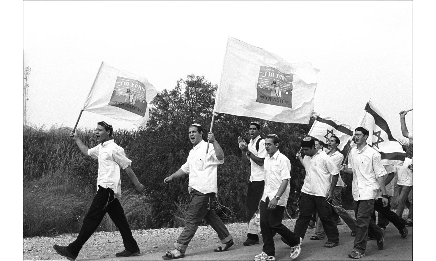 Thousands of israeli opposed to the withdraw of the israeli settlement of Gush Katif are marching to demonstrate. April 2004.