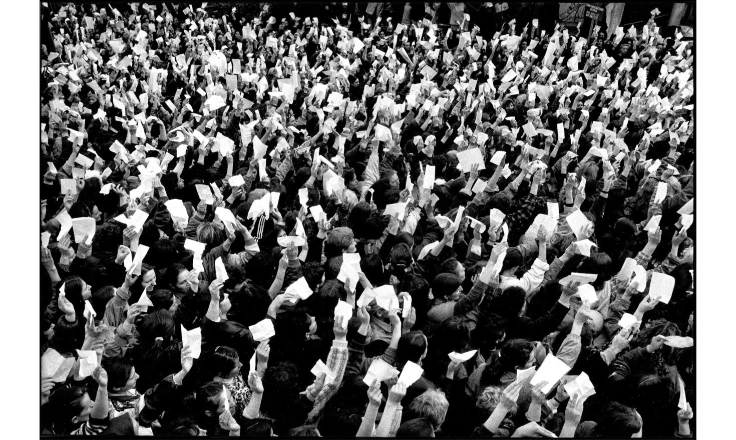 Silent demonstration of Alabanian women from Kosovo against the serb violence in the Drenica region. Pristina, Kosovo. Serbia. 03-1998
