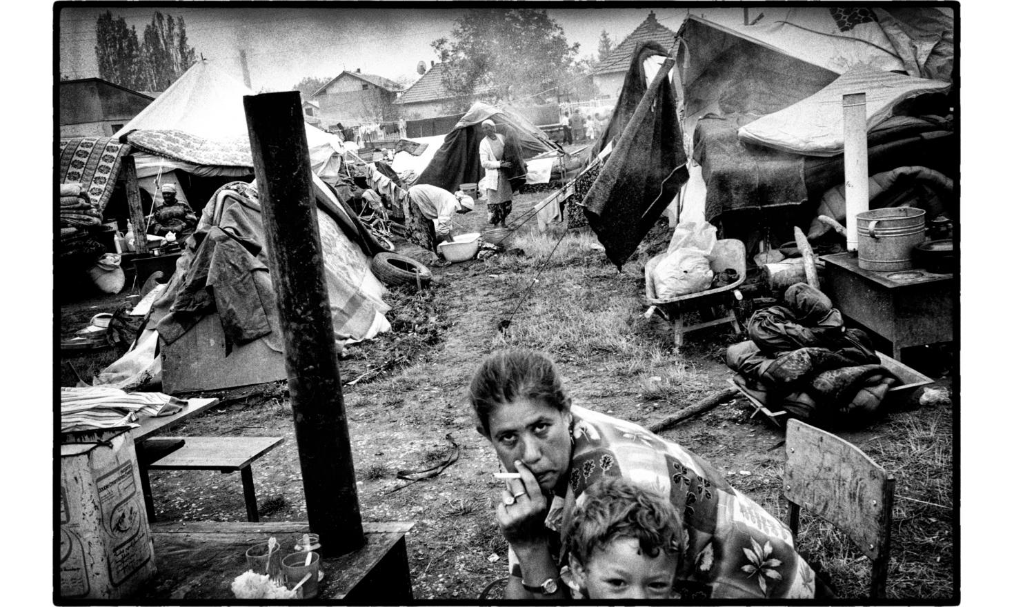 Refugee camp of Roma people accused of collaboration with the serbs. Most of their homes were burned. Kosovo Polje,  Kosovo. 07-1999