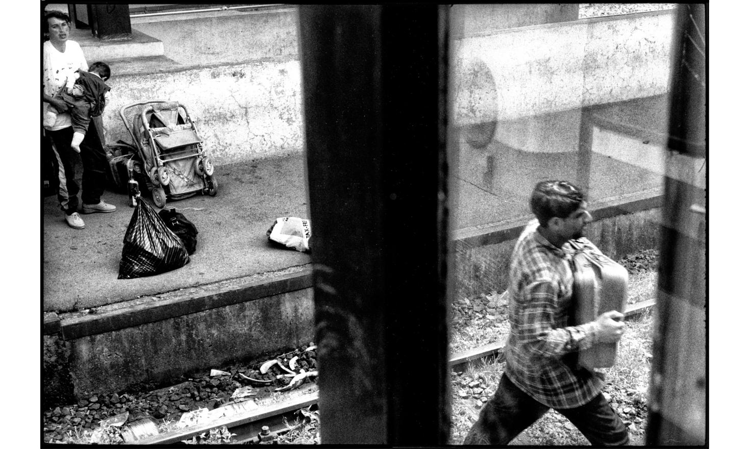 Accused of collaborating with the Serbian, Roma are fleeing Kosovo to Serbia, by the same train station used by tens of thousands of Albanians expelled to Macedonia by the serbs. Kosovo Polje. 07-1999