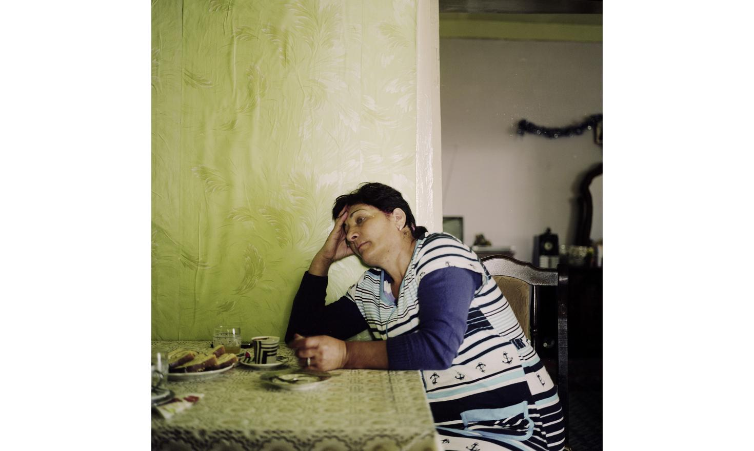 Anik. Her husband, her son and the husband of her daughter work in Russia. She must organize the wedding of her son but she has not yet found him a wife. She already bought the engagement ring and the couple's room is ready for them to move in.