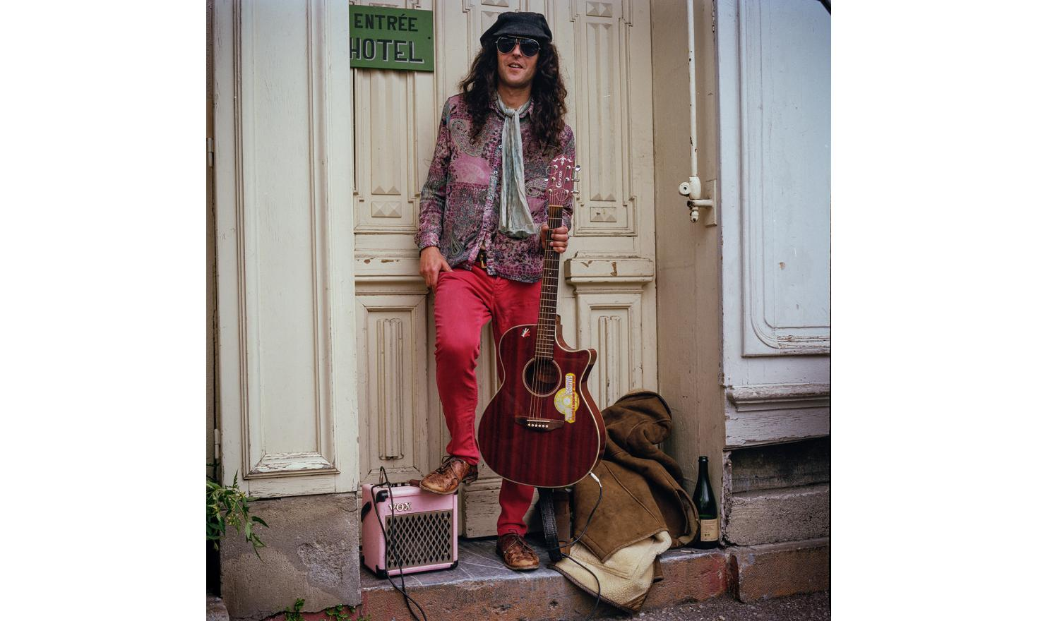 I met Derek in Saint-Girons'market, with his guitar, a Marshall amp wearing a flower shirt, a John Lennon attitude, he was doing his show, the gawker gave him a few coins. A real vintage hippie look. Derek is from England.
