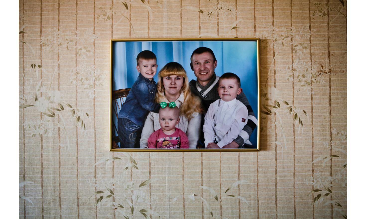 Asia (23 years) the mother of the children and Sergueï their godfather (37) Roma (5 years), Slavik (3) et Kristina (2)  Ania has no parents. She, Sergueï and her three children were forced to leave Luhansk. They first escaped to Murmansk in Russia [...]