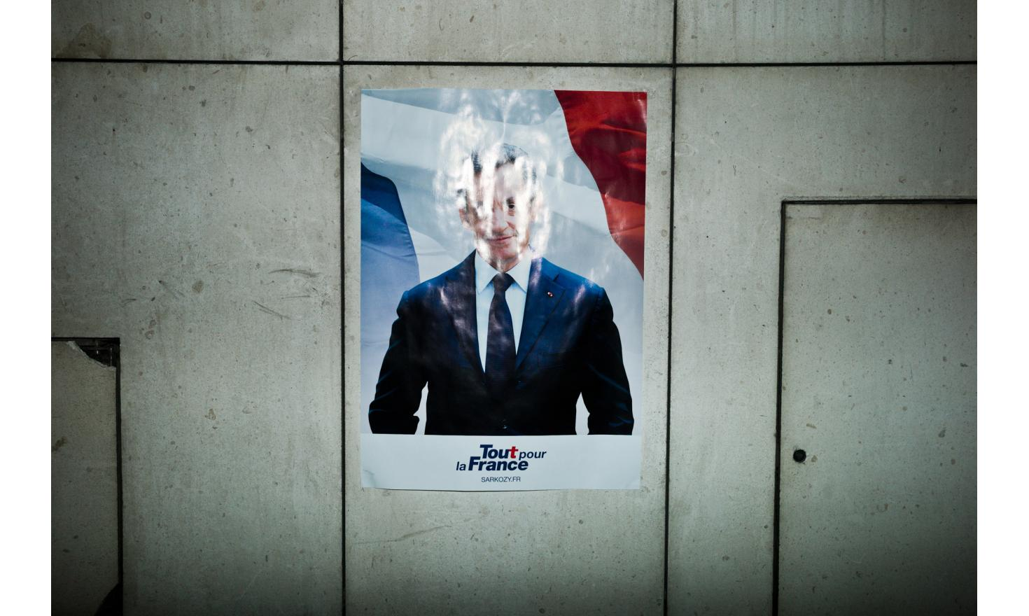 In front of Nicolas Sarkozy's headquarters during the results of the first round. He is eliminated.